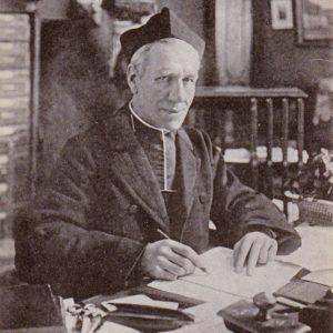 L'abbé Lemire dans son cabinet de travail